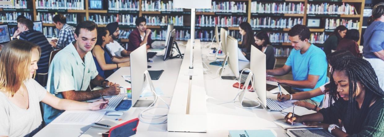 Studenten in bibliotheek