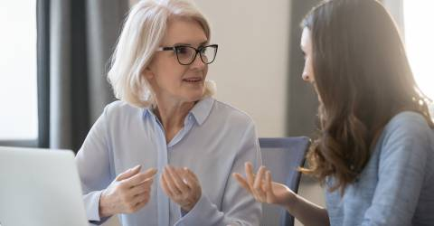 Verschillende leeftijden werknemers zittend aan de balie samen te werken bespreken project, schade zakelijk, verzekeringen, poortwachter, werkwijzer poortwachter